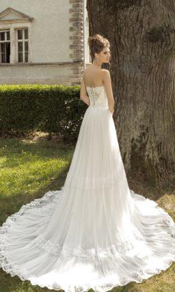 Свадебное платье «принцесса» с бисерной отделкой пояса и кружевными полосами на юбке.