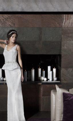 Прямое свадебное платье с роскошным длинным шлейфом и изящным декольте с бретелями.