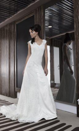 Свадебное платье прямого силуэта с длинным шлейфом и открытой глубоким вырезом спиной.