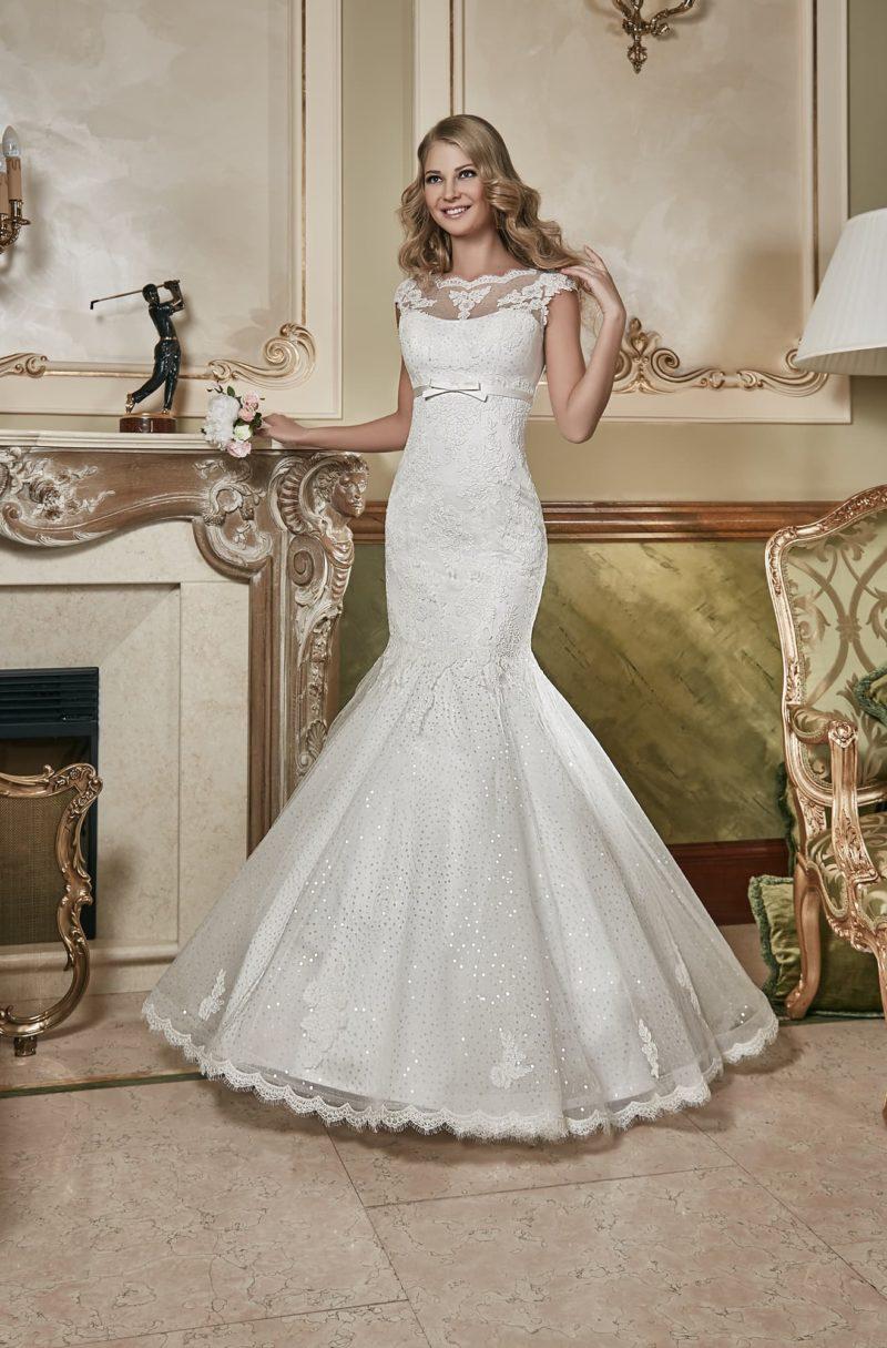 Кружевное свадебное платье с облегающим силуэтом «рыбка» и вышивкой из пайеток.