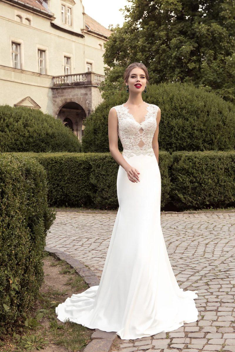 Прямое свадебное платье с длинным шлейфом и полупрозрачным кружевным лифом.