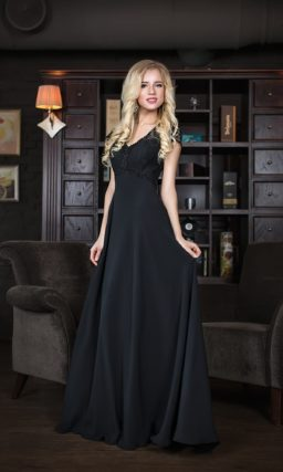 Прямое вечернее платье с кружевной отделкой лифа, создающей короткие рукава.