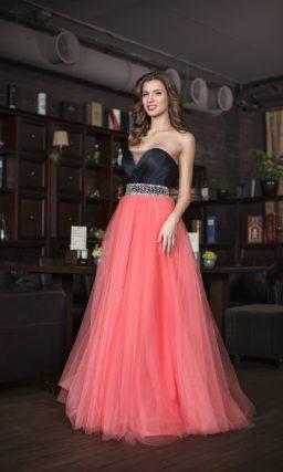 Открытое вечернее платье с контрастным черным корсетом и многослойной юбкой.