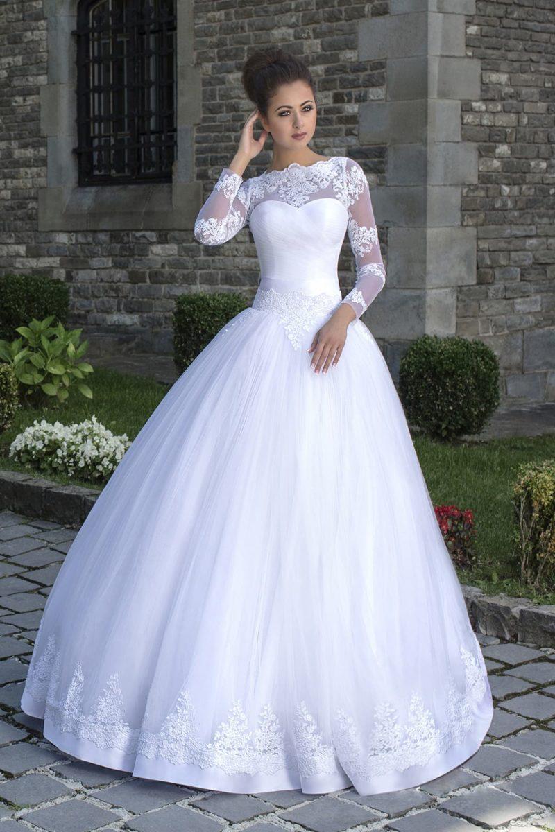 Свадебное платье с фигурным портретным декольте, длинными ажурными рукавами и пышной юбкой.