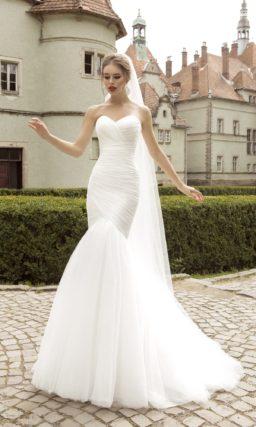 Свадебное платье силуэта «рыбка» с декором из драпировок по всей длине.