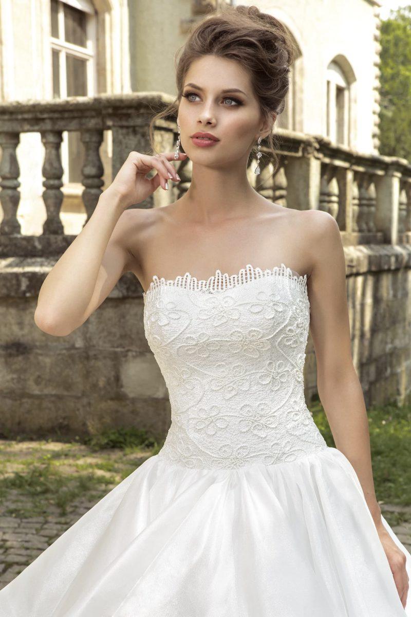 Открытое свадебное платье из атласной ткани с фактурным декором корсета с прямым лифом.