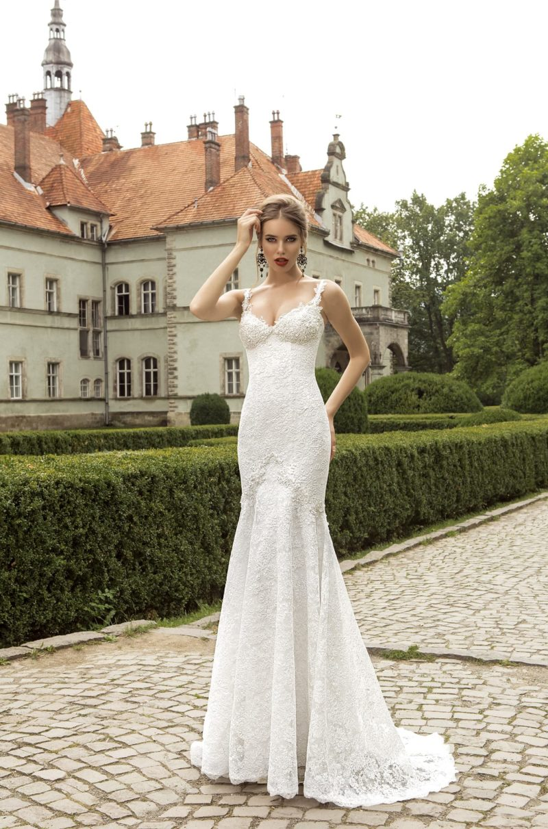 Кружевное свадебное платье силуэта «рыбка» с открытым лифом с фигурными бретельками.