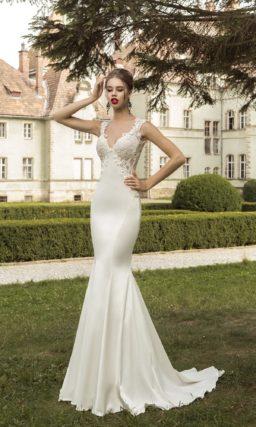 Атласное свадебное платье силуэта «рыбка» с длинным шлейфом и V-образным декольте.