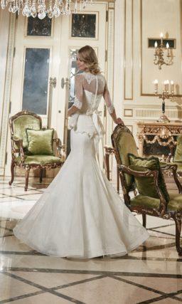 Свадебное платье «рыбка» с ажурным вырезом лодочкой и пышной баской.