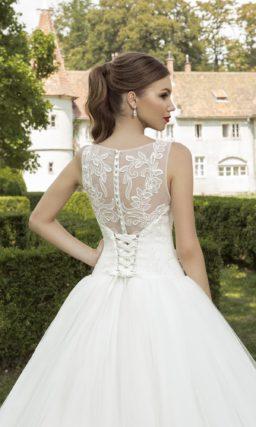 Пышное свадебное платье с закрытым лифом и ажурной вставкой на спинке.