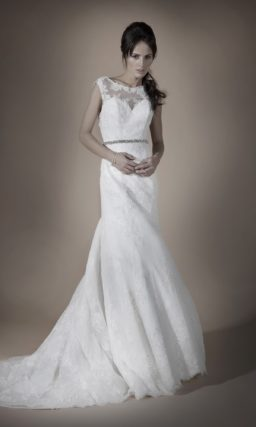 Кружевное свадебное платье прямого силуэта с узким поясом, покрытым серебристым бисером.