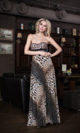 Эксцентричное вечернее платье прямого силуэта с леопардовым принтом и стразами.