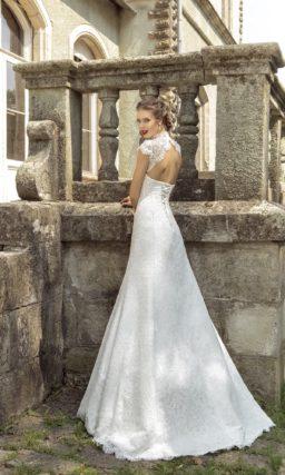 Закрытое свадебное платье «принцесса» с коротким ажурным рукавом и высоким воротником.