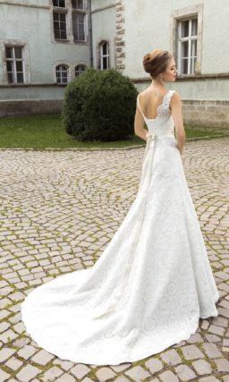 Кружевное свадебное платье силуэта «принцесса» с округлым вырезом и широкими бретелями.