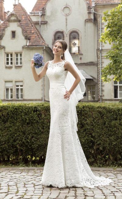Прямое свадебное платье с декором из кружева с крупным рисунком и широким поясом.