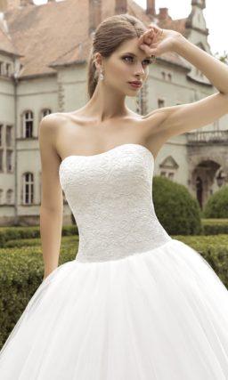Открытое свадебное платье с пышным силуэтом и изящным кружевным корсетом.