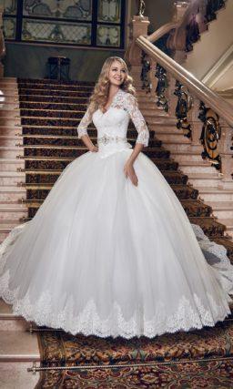 Пышное свадебное платье с кружевным V-образным вырезом и атласным поясом, украшенным бантом.