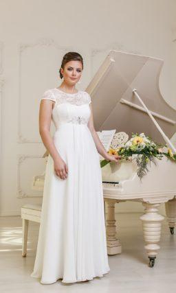 Прямое свадебное платье для полных. Платье с кружевным верхом и широким поясом с вышивкой.
