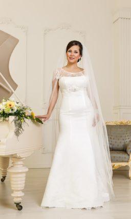 Атласное свадебное платье для полных. Платье «рыбка» с округлым декольте, оформленным кружевом.