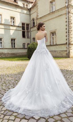 Женственное свадебное платье силуэта «принцесса» с кружевным декором корсета и юбки.