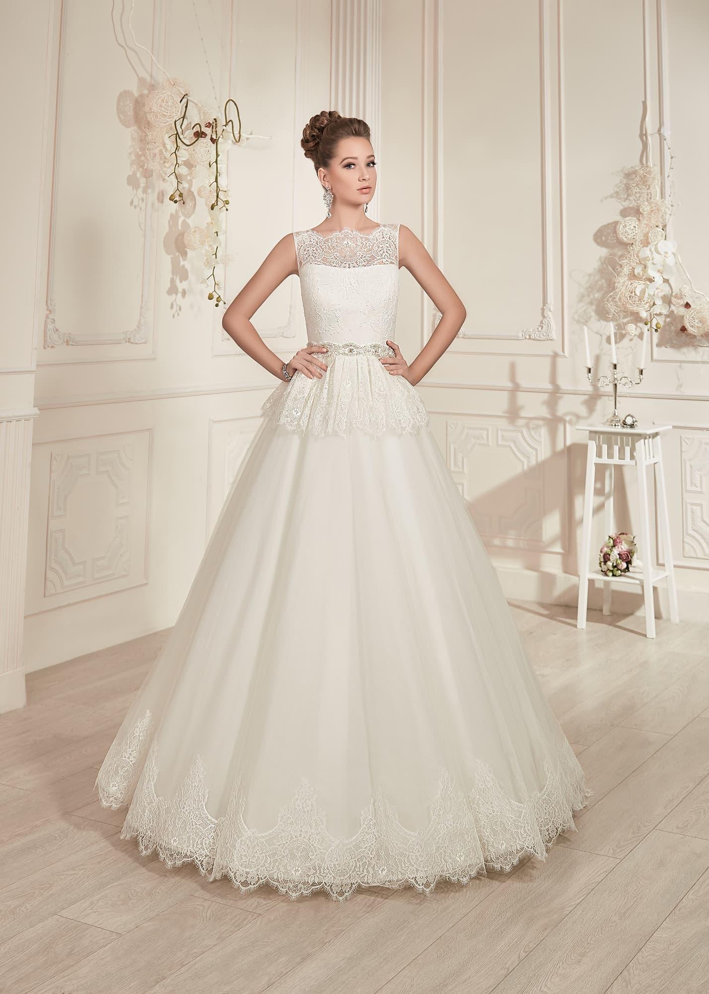 702b02777aa2298 Свадебное платье «принцесса» с кружевным болеро и узким блестящим поясом.