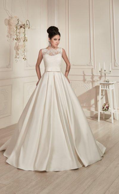 Атласное свадебное платье А-силуэта с поясом с бантом и кружевным декором корсета.