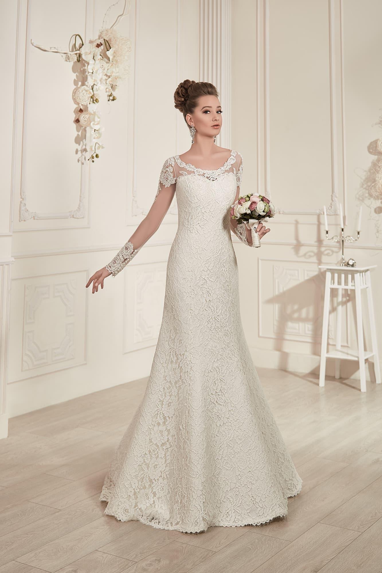 e5ec0364d10bb0d Прямое свадебное платье с округлым вырезом и крупным рисунком кружева.