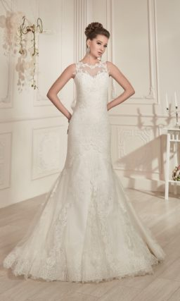 Ажурное свадебное платье силуэта «рыбка» с кружевной отделкой над декольте.