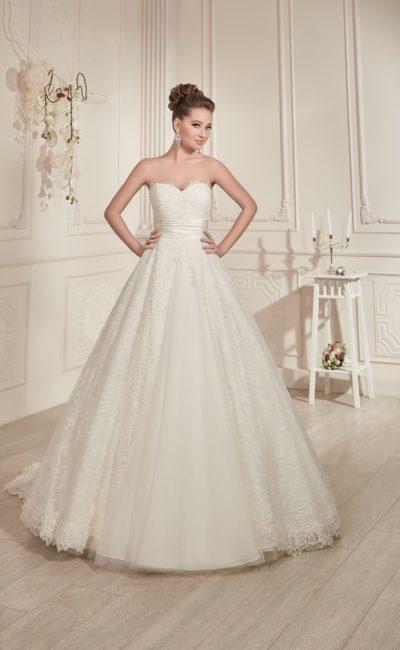 Открытое свадебное платье пышного силуэта с длинным шлейфом и широким атласным поясом с драпировками.