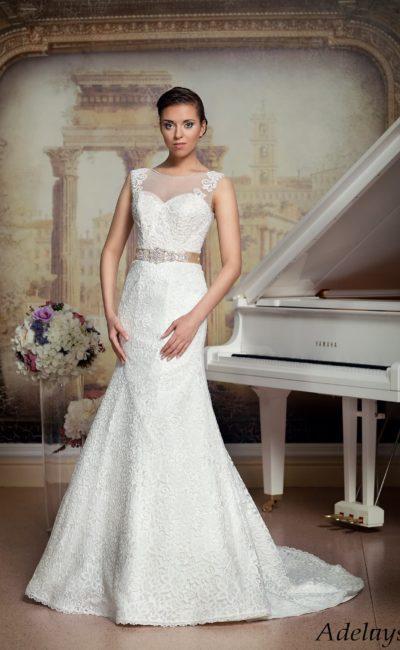Кружевное свадебное платье силуэта «рыбка» с широким кремовым поясом и вырезом сзади.