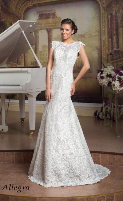 Прямое свадебное платье с короткими кружевными рукавами-крылышками.
