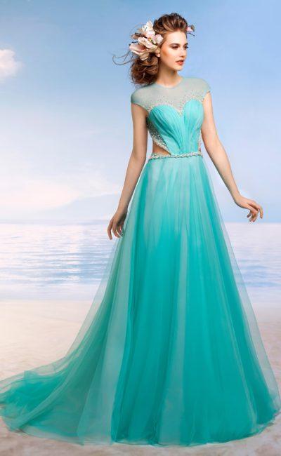 Пышное свадебное платье бирюзового цвета с закрытым лифом и вырезами на уровне талии.