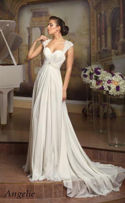Прямое свадебное платье с широкими кружевными бретелями и драпировками на лифе.
