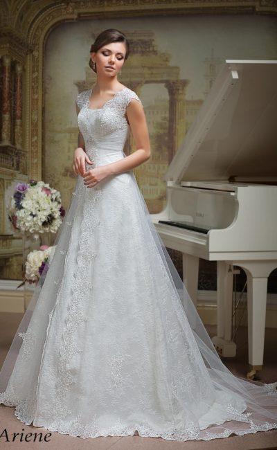 Свадебное платье силуэта «принцесса» с кружевной отделкой и шлейфом.