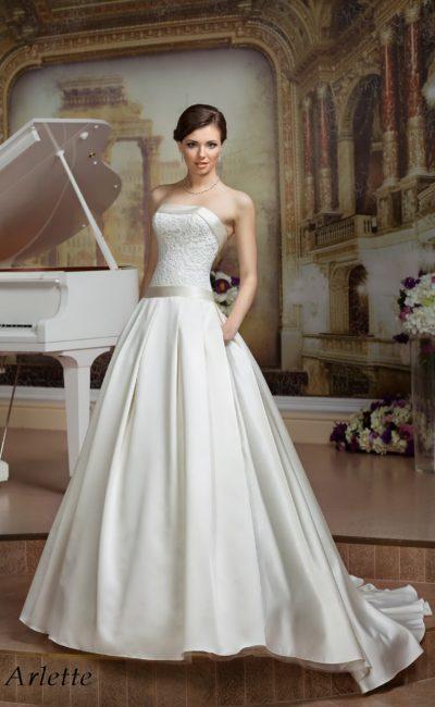 Открытое свадебное платье силуэта «принцесса» с атласной отделкой лифа и талии.