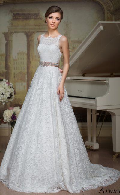 Свадебное платье силуэта «принцесса» с кружевным верхом и цветным атласным поясом.
