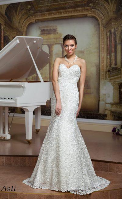 Открытое свадебное платье силуэта «рыбка» из фактурной кружевной ткани.