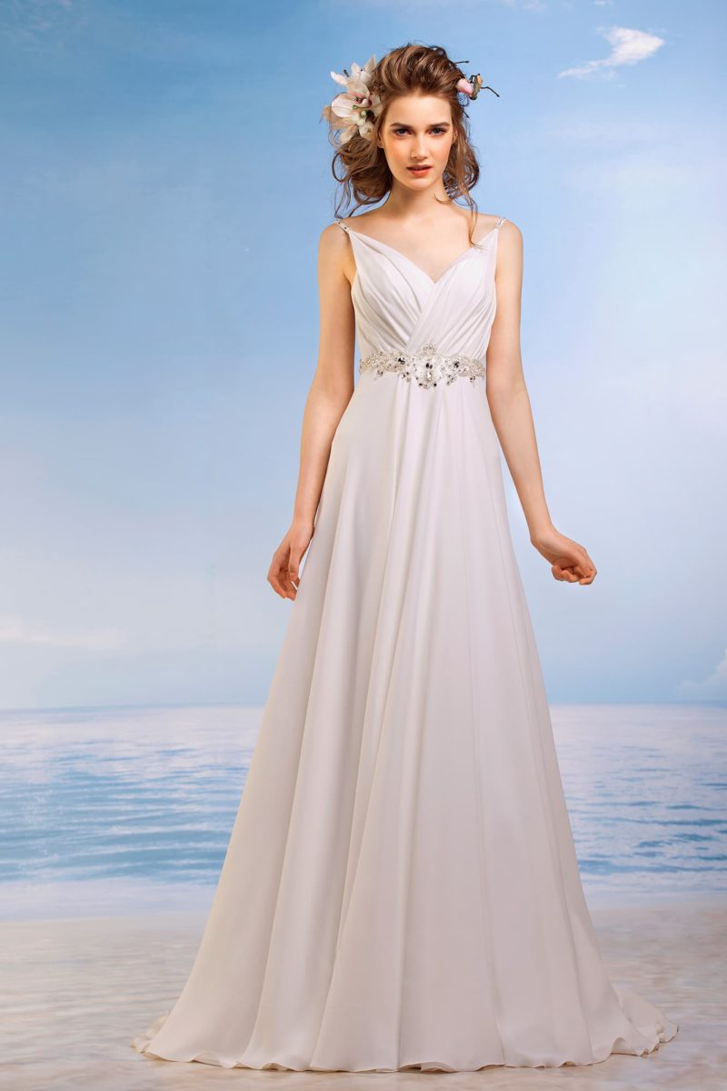 Ампирное свадебное платье с узкими бретельками и крупными драпировками на лифе.