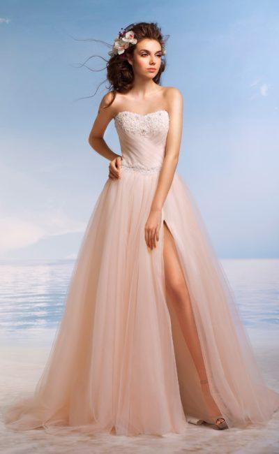 Свадебное платье персикового цвета с А-силуэтом и открытым лифом, украшенным кружевом.