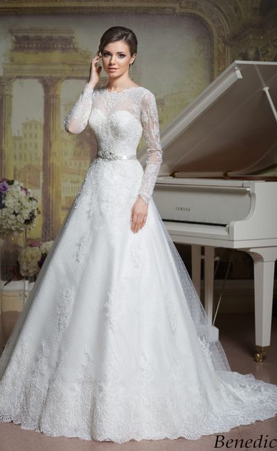 Свадебное платье «принцесса» с узким поясом и плотным кружевом по всей длине.