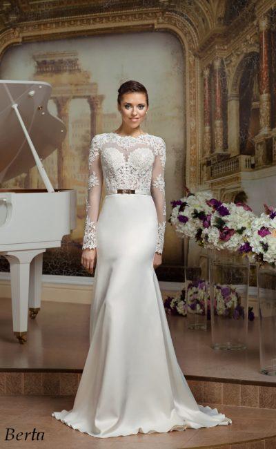 Прямое свадебное платье с длинными кружевными рукавами и узким поясом.