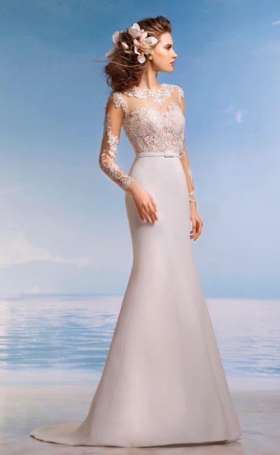 Стильное свадебное платье силуэта «рыбка» с лаконичной юбкой и кружевным верхом с рукавом.