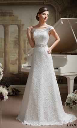 Прямое свадебное платье с декором из плотного кружева и округлым декольте.