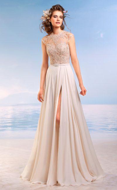 Прямое свадебное платье с бежевым кружевным корсетом и разрезом на юбке.