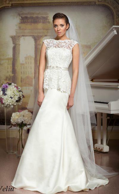 Атласное свадебное платье прямого силуэта с декором из ажурной ткани.