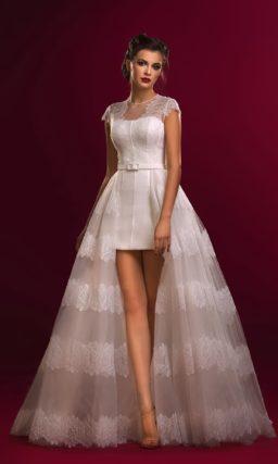 Короткое свадебное платье с верхней юбкой из тонкой ткани с кружевным декором.