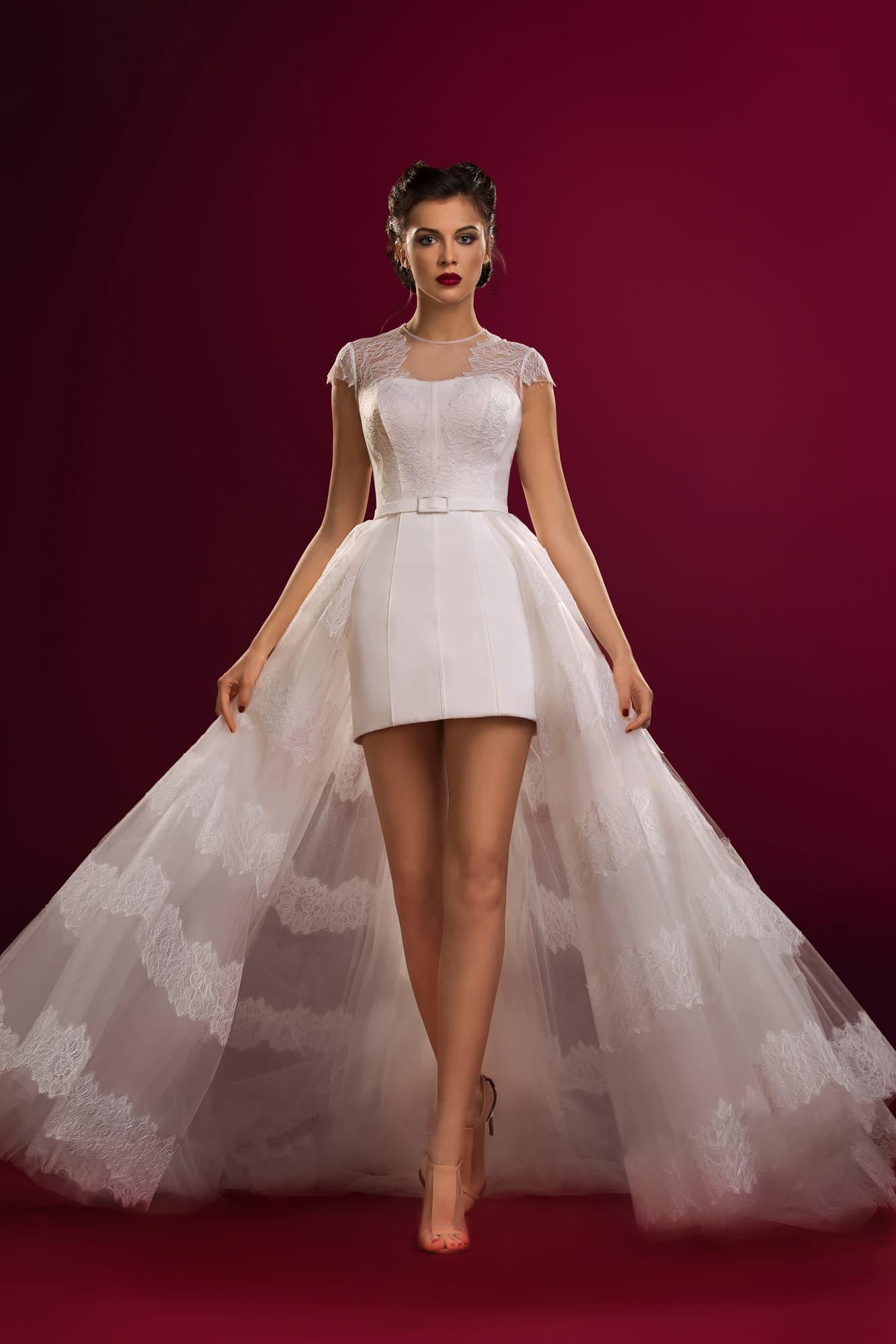 b14009e479c75d5 Короткое свадебное платье с верхней юбкой из тонкой ткани с кружевным  декором.