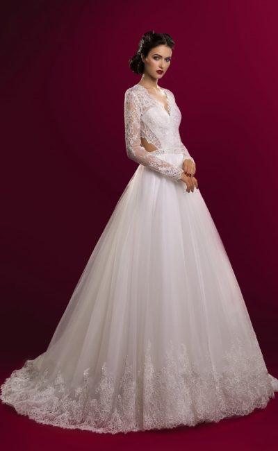 Соблазнительное свадебное платье с ажурными вырезами по бокам и многослойной юбкой со шлейфом.