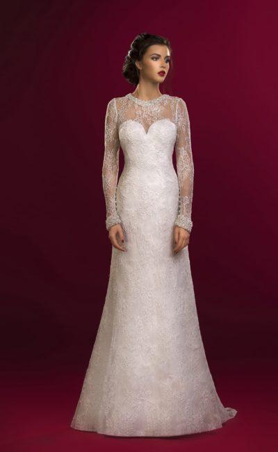 Закрытое свадебное платье с прямым силуэтом и нежной кружевной отделкой.
