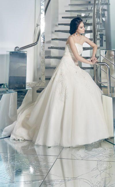 Открытое свадебное платье с фактурными кружевными аппликациями и юбкой А-силуэта.